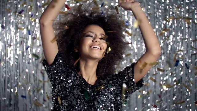 vídeos de stock e filmes b-roll de linda mulher afro-americana a dançar entre enfeites dourados, câmara lenta. - afro americano