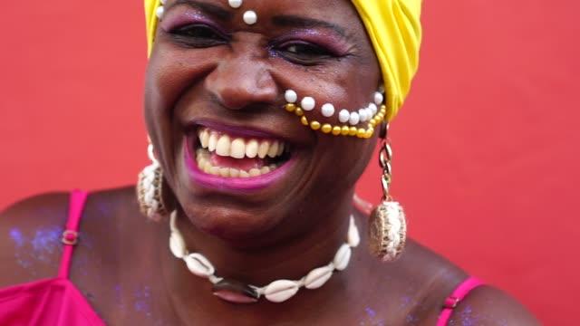 beautiful afro woman looking at camera - карнавал стоковые видео и кадры b-roll