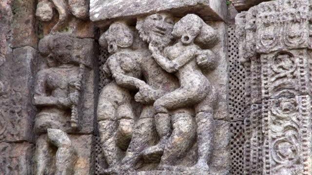 beautiful ancient erotic sacred art sculptures on konark sun temple, odisha, india - india statue bildbanksvideor och videomaterial från bakom kulisserna