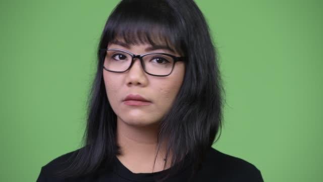 vídeos y material grabado en eventos de stock de hermosa empresaria asiática asintiendo con la cabeza no - sudeste