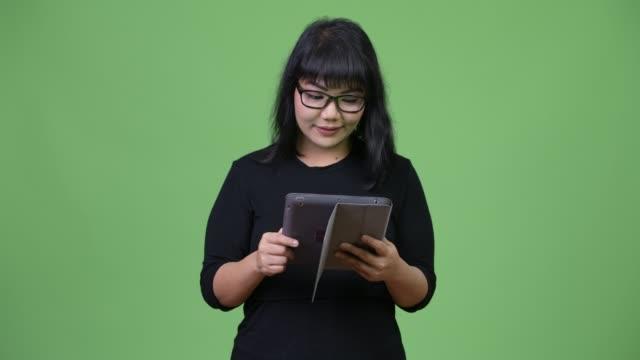 vídeos y material grabado en eventos de stock de hermosa empresaria asiática con tableta digital - sudeste