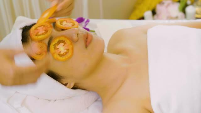 美容院で顔のマスクを持つ美しいアジアの女性 ビデオ