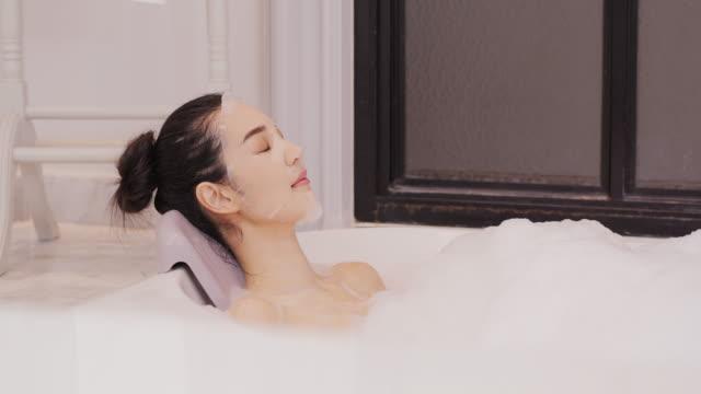 vacker asiatisk kvinna tar ett bubbelbad i badrummet. - japanese bath woman bildbanksvideor och videomaterial från bakom kulisserna