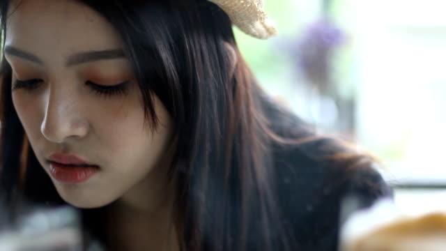 schöne asiatische frauen wählen sie kuchen kuchen-schaukasten - schaufenster stock-videos und b-roll-filmmaterial