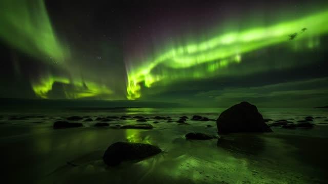 vídeos de stock e filmes b-roll de beautiful aurora borealis in norway - tracking shot - países nórdicos