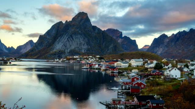 vídeos de stock e filmes b-roll de beautiful aurora borealis over hamnoy, lofoten, norway - noruega