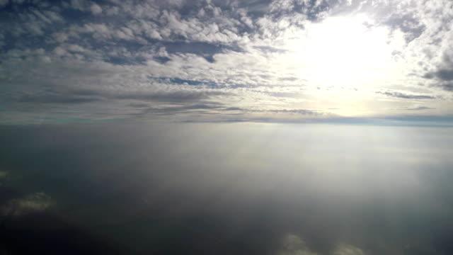 stockvideo's en b-roll-footage met mooie achtergrond - avondrood, felle zon schijnt door de wolken - heilig geschrift