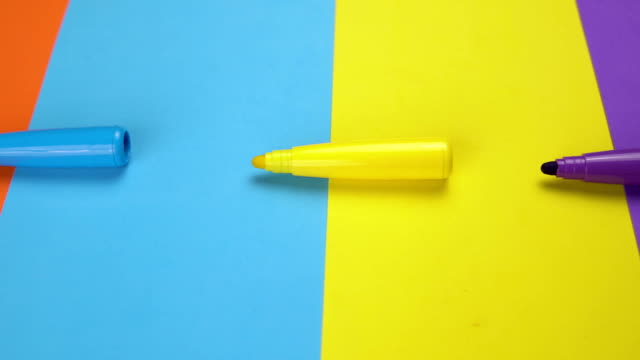 vidéos et rushes de beau fond avec les stylos en feutre mobiles - fournitures scolaires