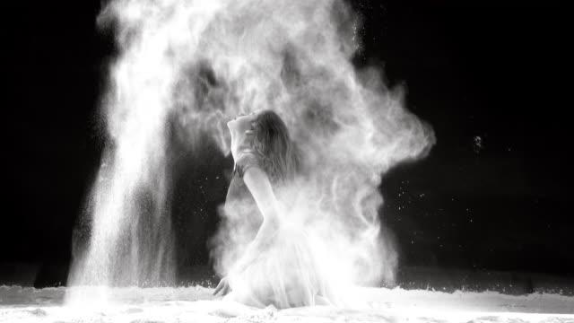 粉雪舞う美しいバレリーナ - バレリーナ点の映像素材/bロール