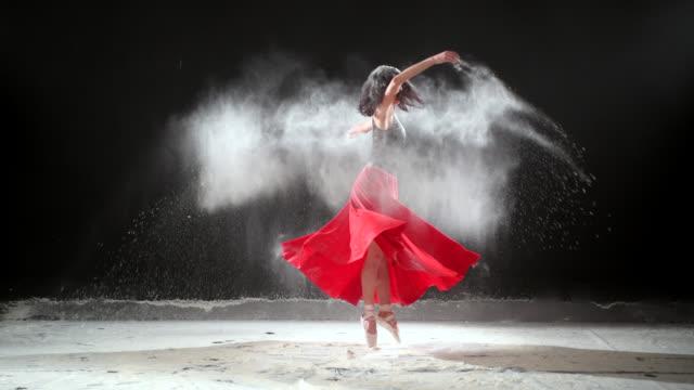 vackra ballerina dans med pudersnö på studio. - piruett bildbanksvideor och videomaterial från bakom kulisserna