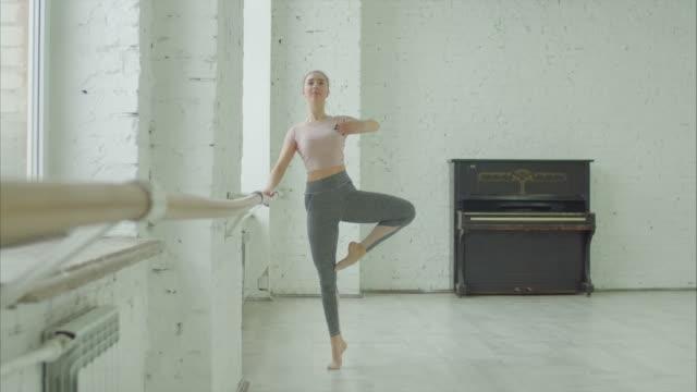 vackra ballerina repeterar i balett studio - balettstång bildbanksvideor och videomaterial från bakom kulisserna