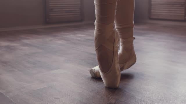 schöne ballett-tanz. wärmen sie sich. - ballettschuh stock-videos und b-roll-filmmaterial
