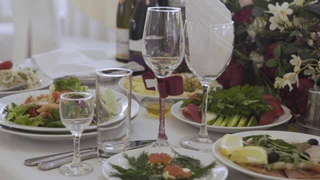 vidéos et rushes de belle table festive de banquet - banquet