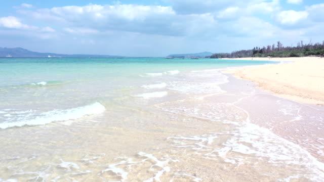 vídeos de stock, filmes e b-roll de bela praia e ondas calmas - férias na praia