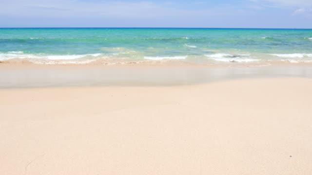 vídeos de stock e filmes b-roll de hd-bela praia e mar - sand