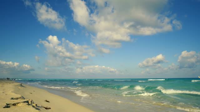 vídeos de stock e filmes b-roll de beautiful beach over caribbean sea - linha do horizonte sobre terra