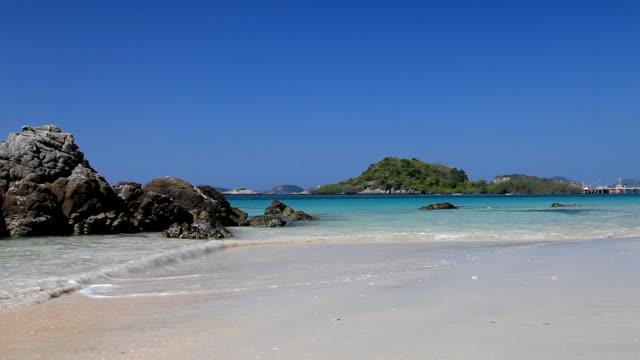 bella spiaggia con cielo azzurro d'estate - full hd format video stock e b–roll