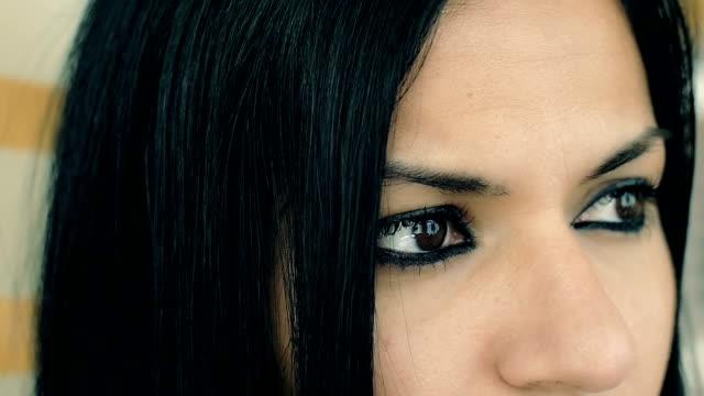 vídeos y material grabado en eventos de stock de hermosa mujer de pelo negro con mirada intensiva: ojos, retrato, primer plano - ojo morado
