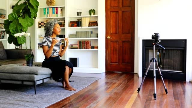 vacker svart kvinna spela in en video - mature women studio grey hair bildbanksvideor och videomaterial från bakom kulisserna