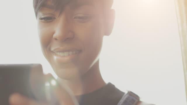 güzel siyah kadın slowmotion video portre - sadece genç bir kadın stok videoları ve detay görüntü çekimi