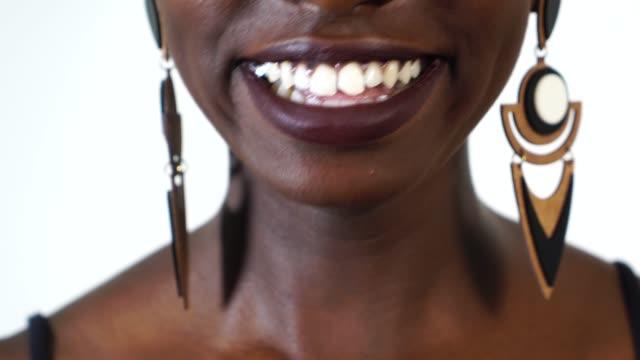 schöne schwarze frau lächelnd - ohrring stock-videos und b-roll-filmmaterial