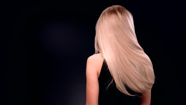 vidéos et rushes de belle femme blonde, jetant ses longs cheveux - soins capillaires
