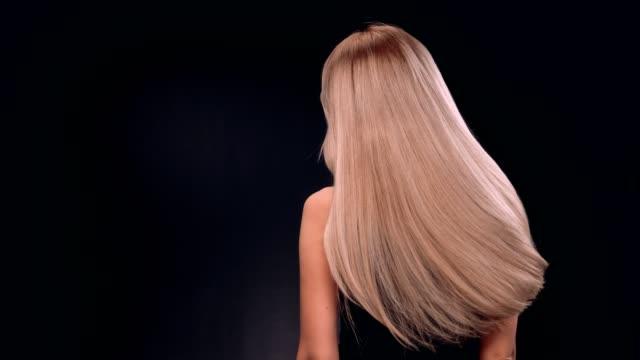 vídeos de stock e filmes b-roll de beautiful blond woman tossing her long, straight hair - cabelo louro