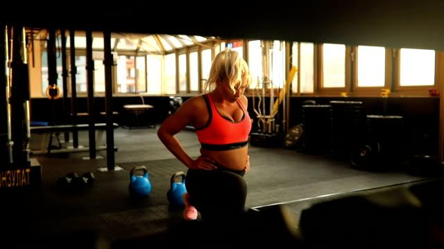 beautiful blond woman training in gym - спортивный бюстгальтер стоковые видео и кадры b-roll