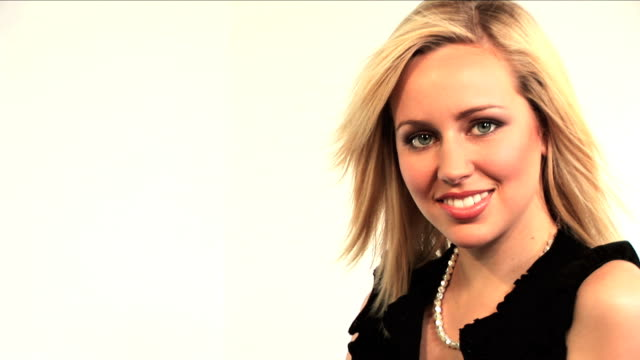 stockvideo's en b-roll-footage met beautiful blonde businesswoman portrait - ridderlijkheid