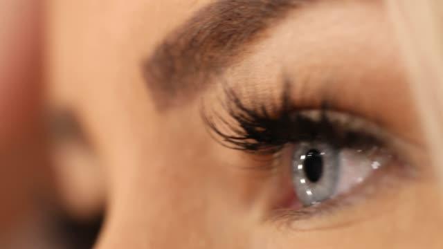 stockvideo's en b-roll-footage met mooie blauwe ogen - mascara