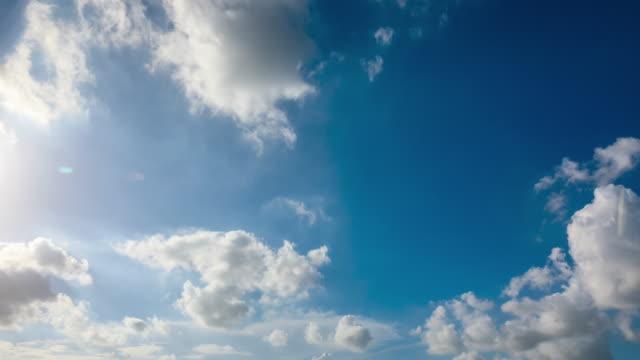 vídeos de stock, filmes e b-roll de céu azul bonito e nuvens moventes rápidas com sun.sky nubla o fundo da natureza. - cúmulo