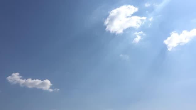 美しい青い空雲の背景に。空の雲。雲天気自然雲青い空。雲と太陽と青い空。 - ふわふわ点の映像素材/bロール