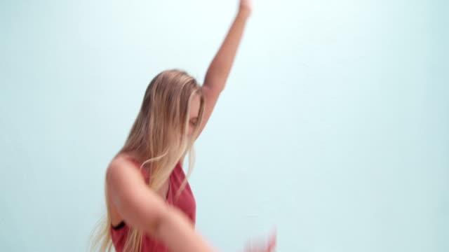 vídeos de stock, filmes e b-roll de boho linda menina dança da moda - boho