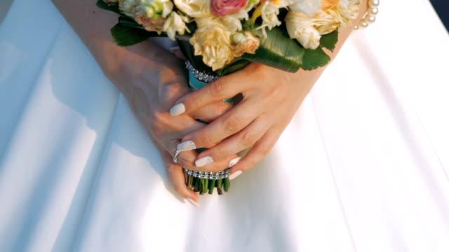 若い花嫁の手で美しいブライダル ブーケは、ドレスに身を包んだ。ゆっくりと - チューリップ点の映像素材/bロール