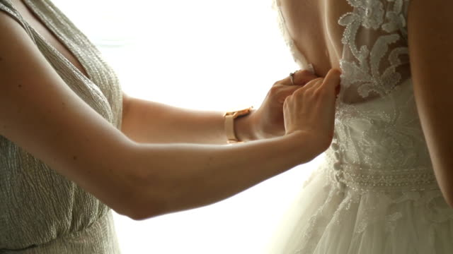 美しい花嫁は彼女の大きな一日の準備をしています。 - 結婚式点の映像素材/bロール