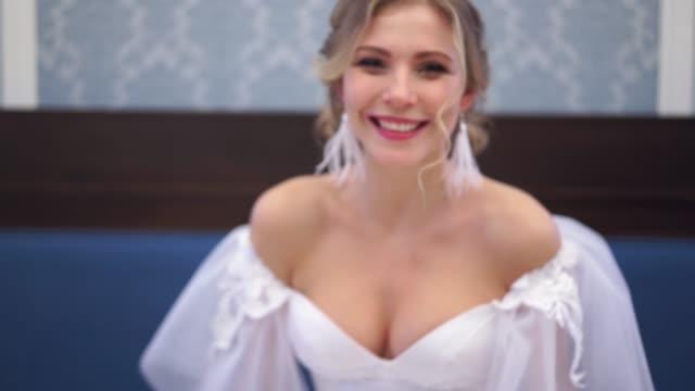 vackra brud skrattar uppriktigt närbild inomhus - aftonklänning bildbanksvideor och videomaterial från bakom kulisserna