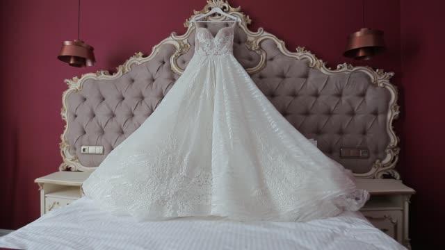 vackra brudens morgon i hotellrummet. brudklänning - aftonklänning bildbanksvideor och videomaterial från bakom kulisserna