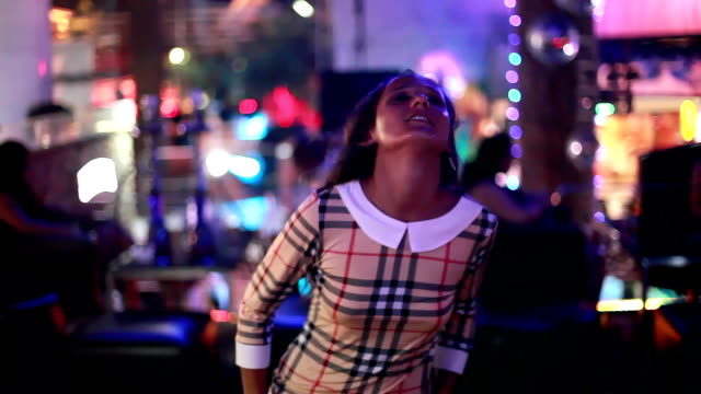 美しいブルネット若い女性の夜のクラブで踊る。1920 x 1080 - チャームポイント点の映像素材/bロール