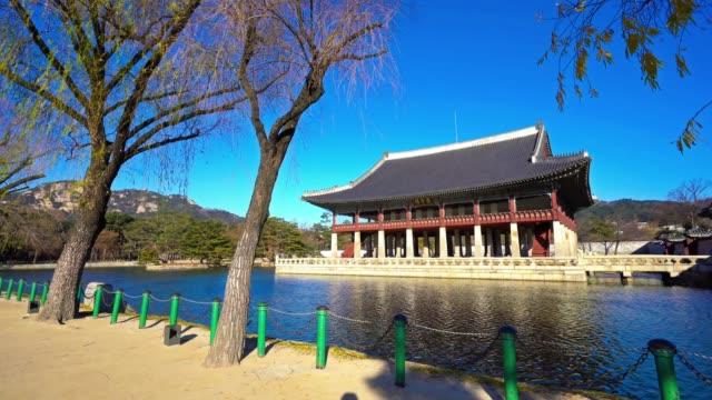 güney kore 'de güzel bina mimarisi gyeongbokgung sarayı - güney kore stok videoları ve detay görüntü çekimi