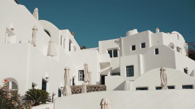 красивое здание для туристов. санторини, греция. - вилла стоковые видео и кадры b-roll