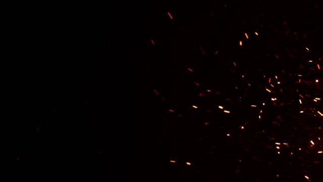 güzel seksi sparks büyük yangın gece gökyüzünde yükselen yanma. soyut izole yangın parçacıklar siyah arka plan ağır çekim üzerinde parlayan. 3d animasyon ilmekledi. rüzgar hareket. - kıvılcım stok videoları ve detay görüntü çekimi