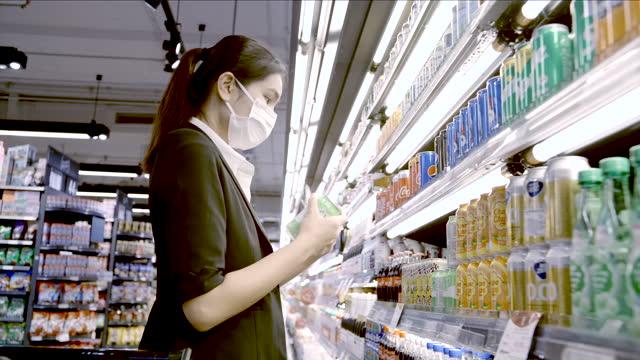 schöne geschäftsfrauen tragen schutzmaske enden einkaufen in einem supermarkt am einkaufszentrum. - gefrierkost stock-videos und b-roll-filmmaterial
