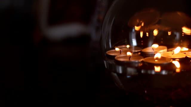 vídeos y material grabado en eventos de stock de hermoso la luz de las velas - misa