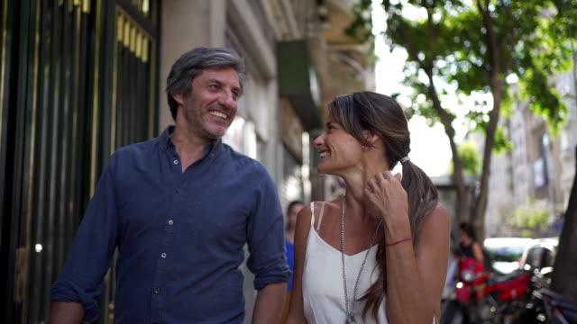 恋に落ちる街を歩く美しい屈託のないカップル ビデオ