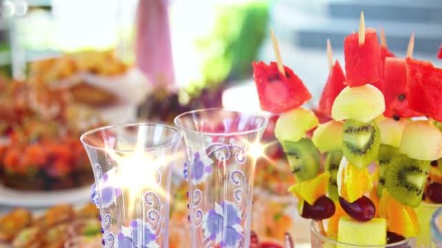 装飾された美しいケータリング宴会ビュッフェ テーブル - おやつ点の映像素材/bロール