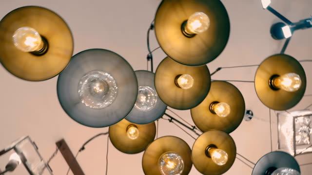 birçok lamba ile güzel avizeler mağazada satılır - avize aydınlatma ürünleri stok videoları ve detay görüntü çekimi