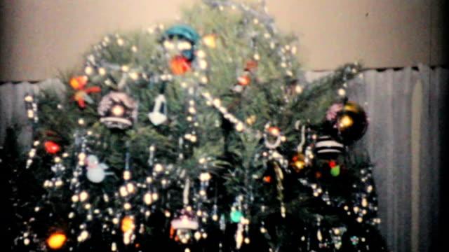 bellissimo albero di natale al 1957 vintage 8 mm pellicola - christmas movie video stock e b–roll