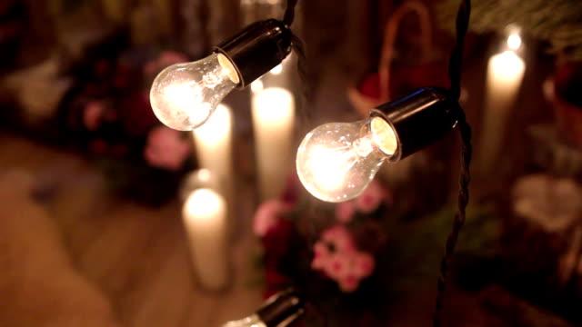 Hermosa Navidad invierno participación ceremonia decoración de la boda con velas, troncos de abedul, guirnaldas de bulbo, conos y ramas de abeto. Concepto de boda de invierno - vídeo