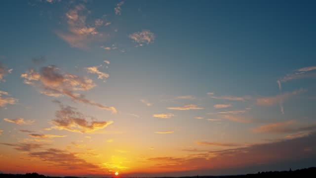 ws schöne zirrus wolke sonnenuntergang - zirrus stock-videos und b-roll-filmmaterial