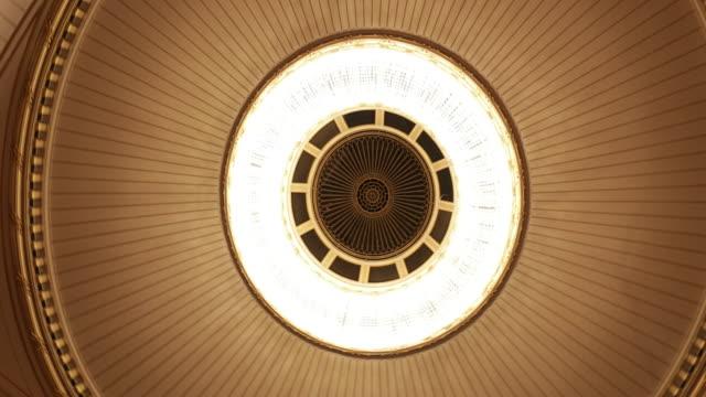 vídeos de stock, filmes e b-roll de belo tecto clássico com iluminação lustre em 4k - áustria